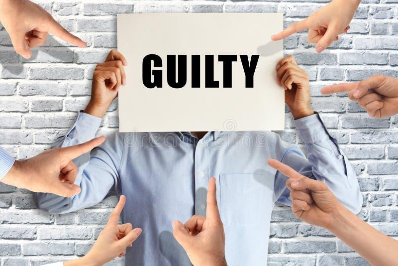 Ένοχος επιχειρηματίας που κρίνεται από τους διαφορετικούς ανθρώπους που δείχνουν τα δάχτυλα σε τον στοκ εικόνες