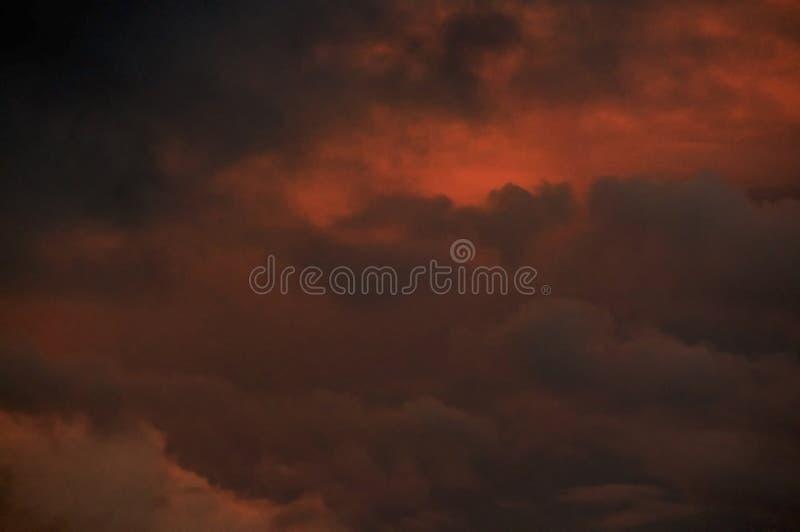 Έντονος ζωηρόχρωμος πορτοκαλής νεφελώδης ουρανός ηλιοβασιλέματος στοκ φωτογραφία με δικαίωμα ελεύθερης χρήσης