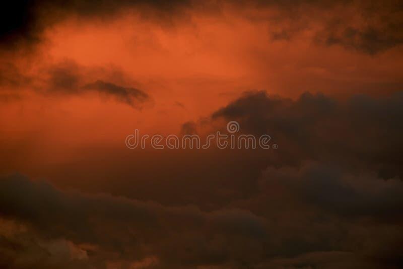 Έντονος πορτοκαλής νεφελώδης ουρανός ηλιοβασιλέματος στοκ φωτογραφία με δικαίωμα ελεύθερης χρήσης