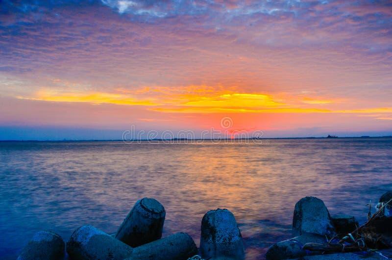 Έντονο πορτοκαλί ηλιοβασίλεμα στο στο κέντρο της πόλης κεντρικό λιμάνι πόλεων στοκ εικόνες