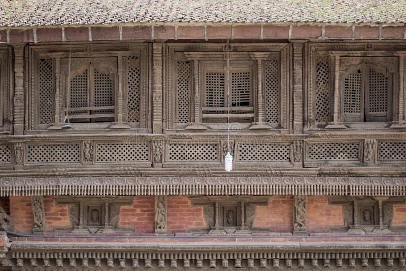 Ένωση βολβών έξω από ένα παλαιό κτήριο με τα ξύλινα παράθυρα στοκ φωτογραφίες