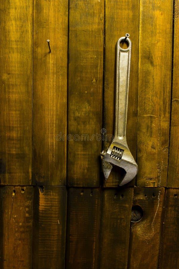 Ένωση γαλλικών κλειδιών στον ξύλινο τοίχο στοκ φωτογραφίες