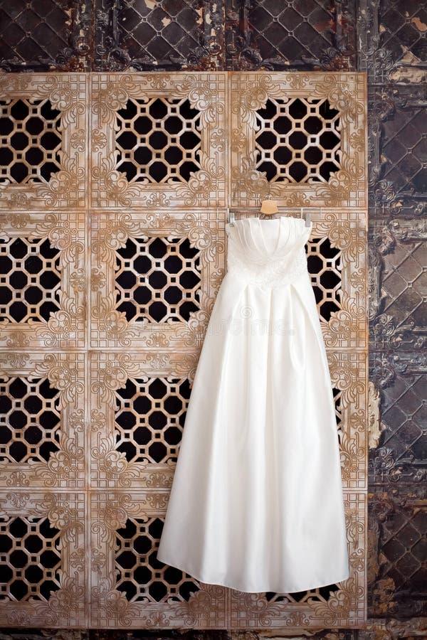 Ένωση γαμήλιων φορεμάτων σε αναμονή για τη νύφη όμορφο εσωτερικό στοκ φωτογραφίες