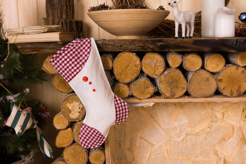 Ένωση γυναικείων καλτσών Χριστουγέννων από τον αγροτικό μανδύα στοκ εικόνες