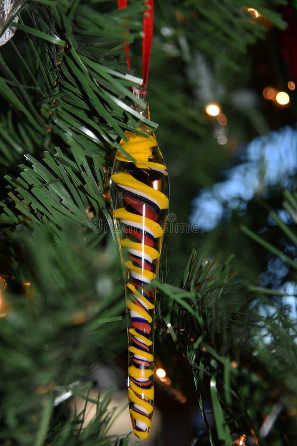 Ένωση διακοσμήσεων Χριστουγέννων παγακιών γυαλιού στο δέντρο στοκ εικόνες