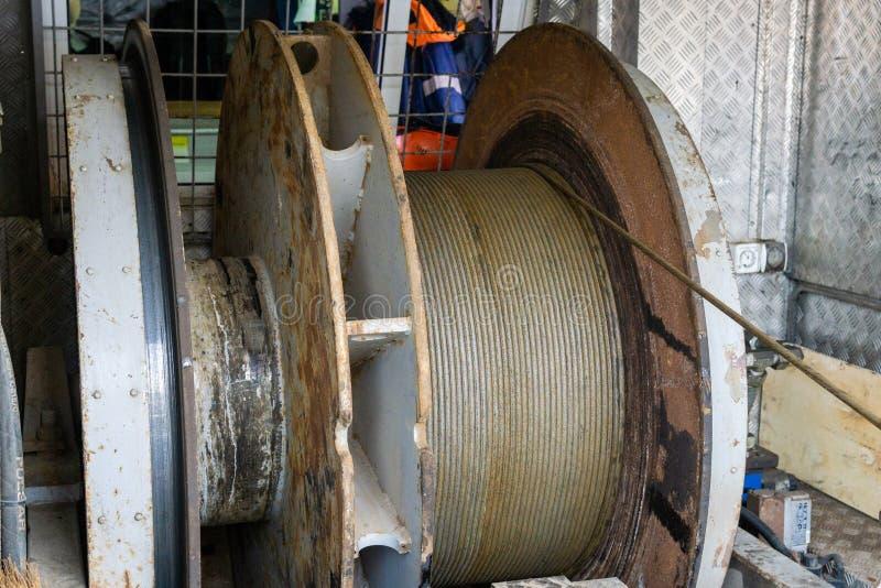 Ένωση εξοπλισμού καλωδιώσεων από τη τοπ κίνηση έτοιμη να είναι χαμηλωμένο downhole για την αναγραφή Ένας μηχανικός πετρελαιοπηγών στοκ φωτογραφία με δικαίωμα ελεύθερης χρήσης