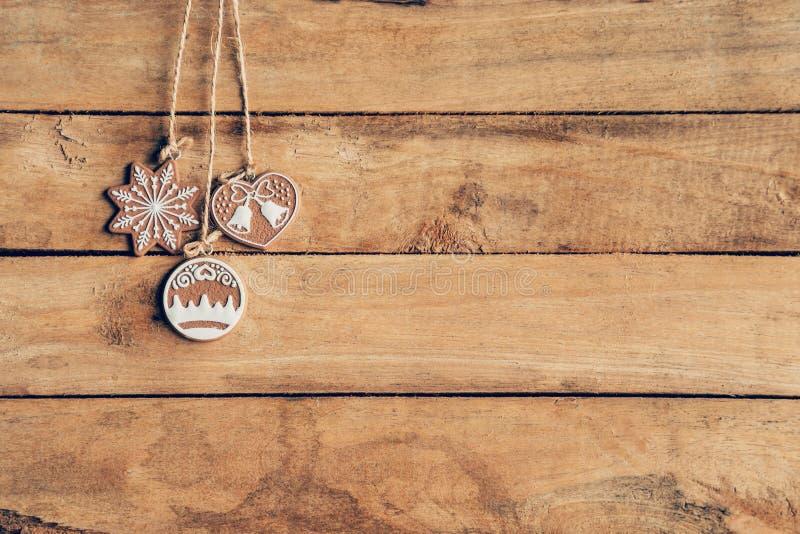 Ένωση διακοσμήσεων Χριστουγέννων στην ξύλινη σύσταση υποβάθρου με τη σπόλα στοκ φωτογραφίες
