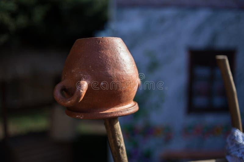Ένωση κανατών πήλινου είδους σε έναν ξύλινο φράκτη Του χωριού ύφος στοκ φωτογραφία