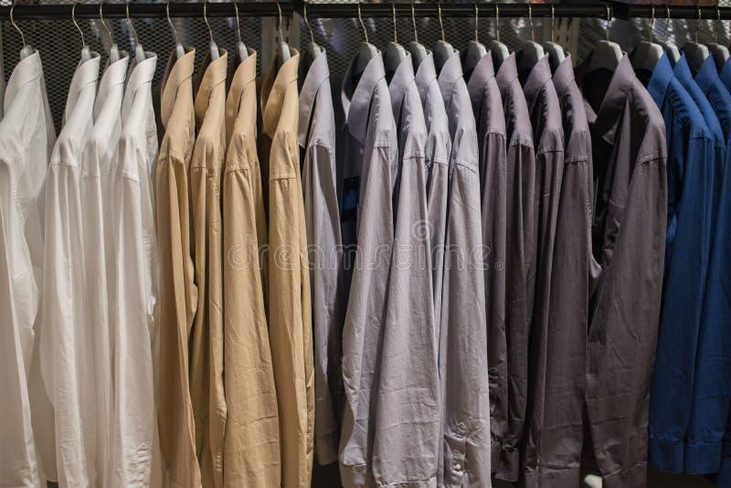 Ένωση πουκάμισων στη ράγα στο κατάστημα ενδυμάτων στοκ φωτογραφία με δικαίωμα ελεύθερης χρήσης