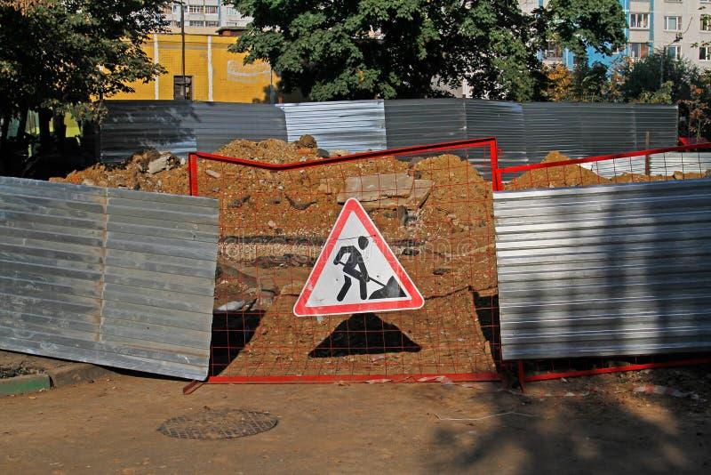 Ένωση σημαδιών οδικών εργασιών σε έναν φράκτη στοκ εικόνες