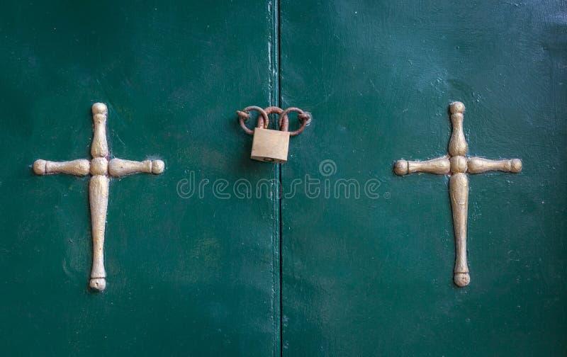 Ένωση σταύρωσης στην πόρτα δίπλα-δίπλα Ένα λουκέτο που σφραγίζει τα δαχτυλίδια της εισόδου μεταβάσεων Χρώματα που εξασθενίζουν κα στοκ φωτογραφίες