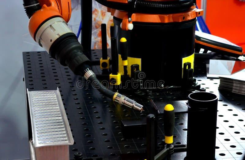 Ένωση του ρομποτικού βραχίονα στο βιομηχανικό εργοστάσιο κατασκευής στοκ φωτογραφία