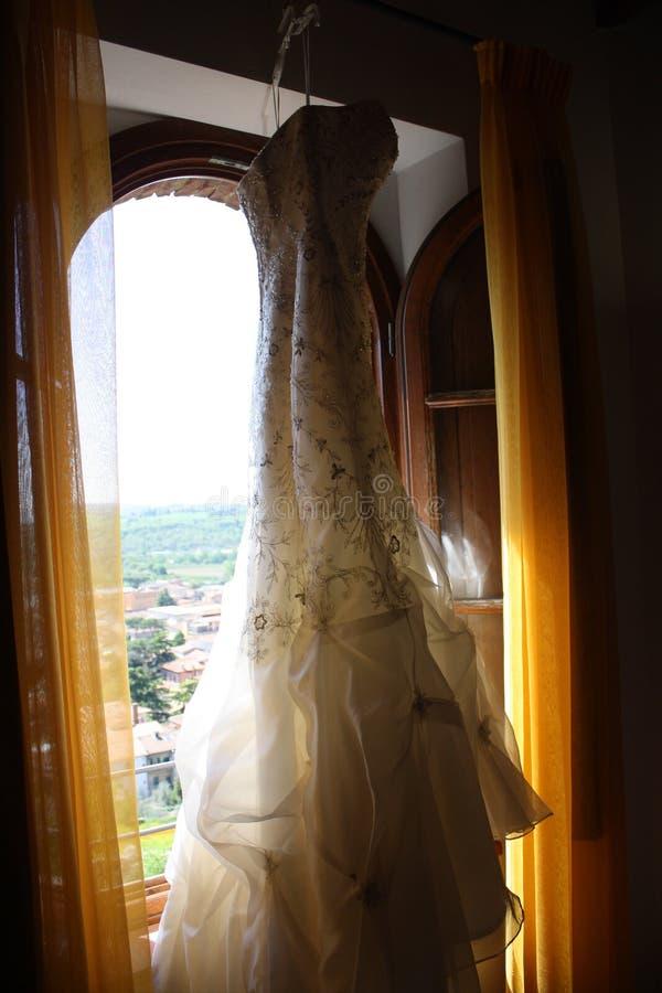 Ένωση φορεμάτων σε ένα παράθυρο στοκ εικόνα