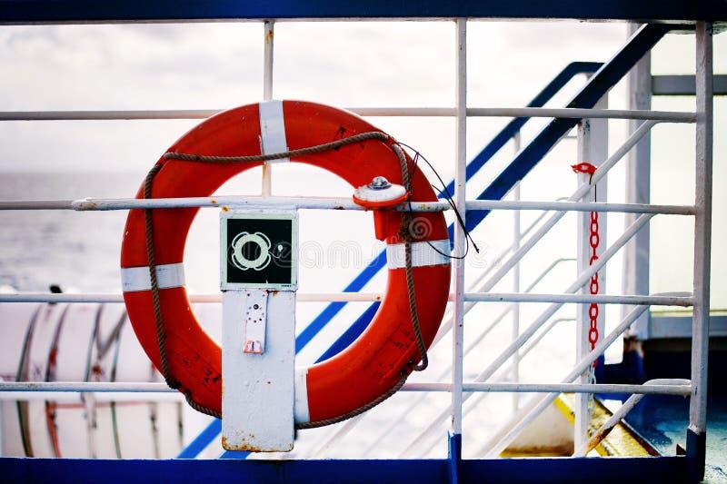 Ένωση Lifebuoy στο κιγκλίδωμα του πορθμείου στοκ φωτογραφία