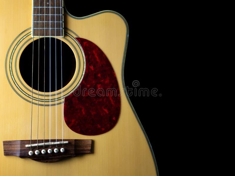 Έξι - ακουστική κιθάρα σειράς σε ένα μαύρο υπόβαθρο συγκρατημένος στοκ εικόνες