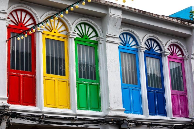 Έξι ζωηρόχρωμα πόρτες ή παράθυρα έξω στην πρόσοψη ενός αρχαίου σπιτιού στοκ εικόνα με δικαίωμα ελεύθερης χρήσης