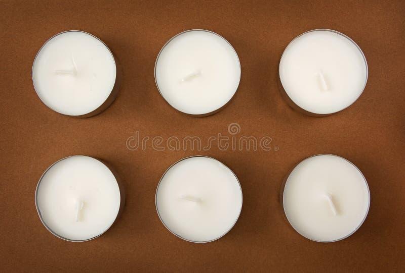 Έξι κεριά στο καφετί υπόβαθρο στοκ φωτογραφίες με δικαίωμα ελεύθερης χρήσης