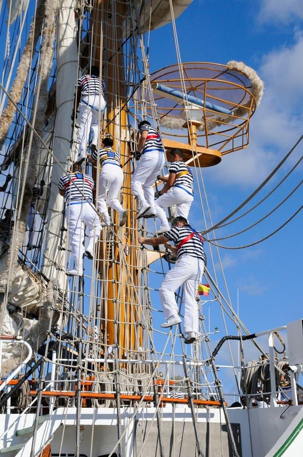Έξι νέοι ναυτικοί στο σχολικό σκάφος στοκ φωτογραφία