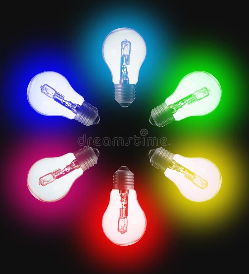 Έξι τυποποιημένοι ηλεκτρικοί βολβοί, στο χρώμα του ουράνιου τόξου στοκ εικόνες με δικαίωμα ελεύθερης χρήσης