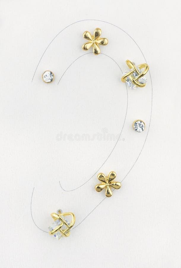Έξι όμορφα χρυσά σκουλαρίκια απλά ή με τα διαμάντια που χρησιμοποιούνται σε ένα ενιαίο αυτί, που μιμείται πέρα από το αυτί που επ στοκ εικόνα