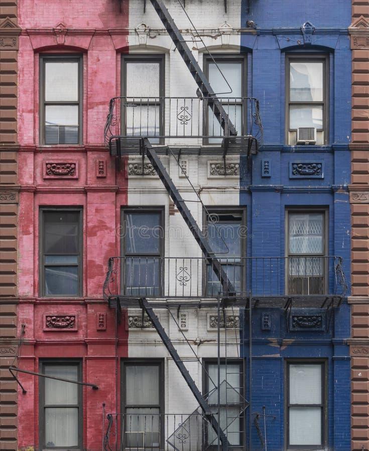 Έξοδοι κινδύνου ενός ζωηρόχρωμου κτηρίου στην πόλη της Νέας Υόρκης στοκ εικόνα με δικαίωμα ελεύθερης χρήσης