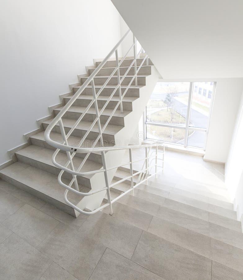 Έξοδος κινδύνου στο ξενοδοχείο, σκάλα κινηματογραφήσεων σε πρώτο πλάνο, εσωτερικές σκάλες, εσωτερικό ξενοδοχείο σκαλών, σκάλα στο στοκ εικόνες