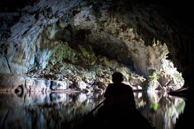 Έξοδος μιας σκοτεινής σπηλιάς ασβεστόλιθων με τη βάρκα στοκ φωτογραφίες με δικαίωμα ελεύθερης χρήσης