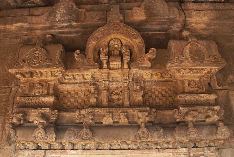 Έξοχες γλυπτικές επάνω από το παράθυρο στον τοίχο griha garbha, Aihole, Bagalkot, Karnataka Η ομάδα Galaganatha ναών στοκ φωτογραφία με δικαίωμα ελεύθερης χρήσης