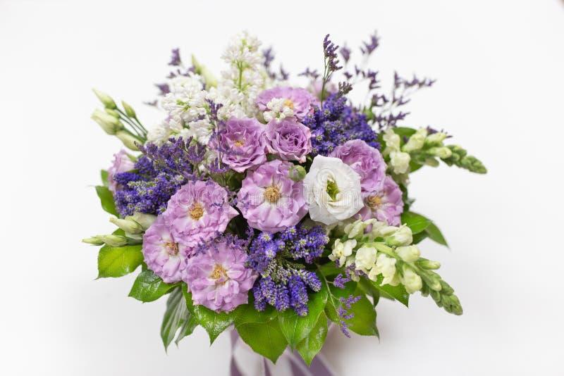 Έξοχη ανθοδέσμη με τριαντάφυλλα, ευστομία, βερόνικα, σναπντράγκον και λίλακ στοκ φωτογραφίες με δικαίωμα ελεύθερης χρήσης