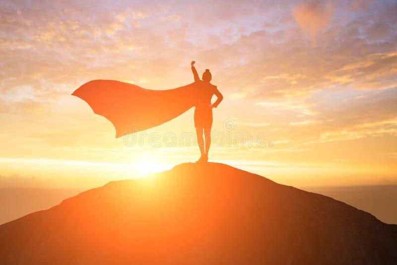 Έξοχη επιχειρησιακή γυναίκα στο βουνό στοκ εικόνες με δικαίωμα ελεύθερης χρήσης
