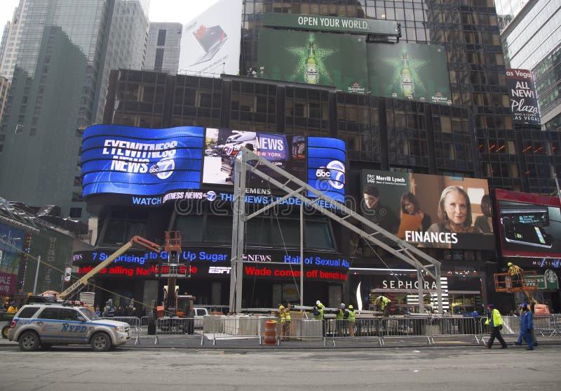 Έξοχη κατασκευή λεωφόρων κύπελλων εν εξελίξει στη Times Square κατά τη διάρκεια της έξοχης εβδομάδας κύπελλων XLVIII στο Μανχάταν στοκ φωτογραφίες