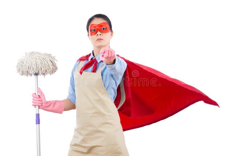 Έξοχη σφουγγαρίστρα εκμετάλλευσης ηρώων που δείχνει στη κάμερα στοκ φωτογραφία