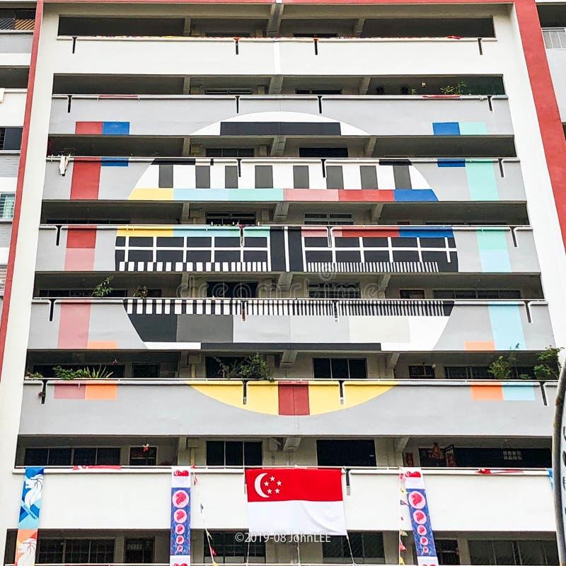 Έξοχο αναδρομικό σχέδιο δοκιμής TV στην πρόσοψη HDB στοκ φωτογραφία