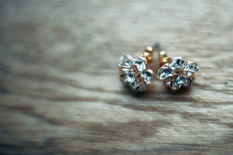 έξοχο κομψό ακριβό χρυσό σκουλαρίκι στοκ εικόνα με δικαίωμα ελεύθερης χρήσης