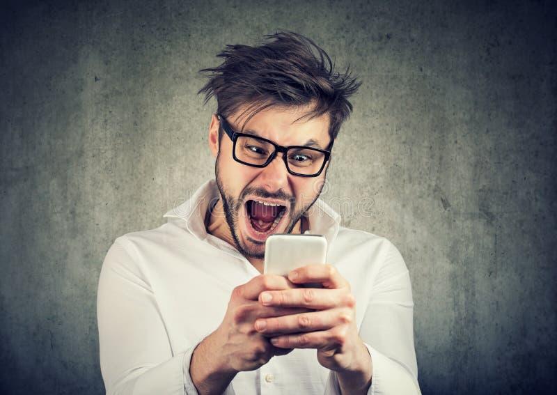 Έξοχο συγκινημένο smartphone προσοχής ατόμων στοκ φωτογραφία