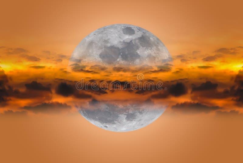 Έξοχο φεγγάρι μεταξύ των σύννεφων στη νύχτα ενάντια ανασκόπησης μπλε σύννεφων πεδίων άσπρο σε wispy ουρανού φύσης χλόης πράσινο στοκ εικόνα