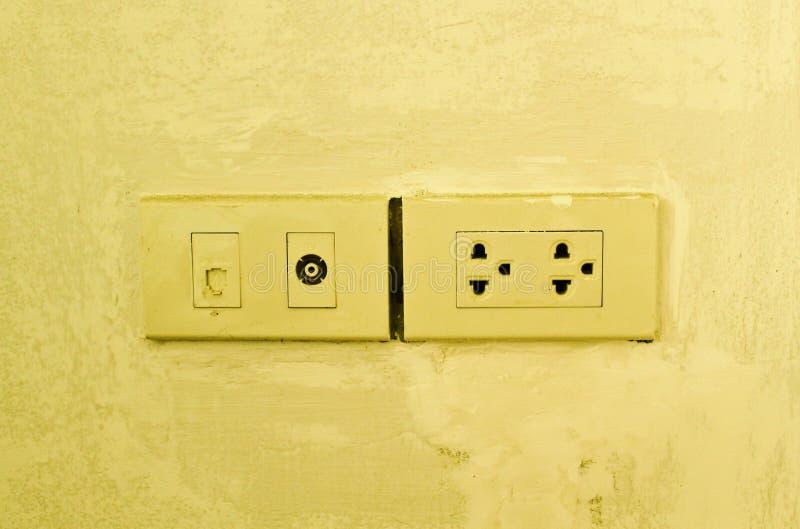 Έξοδος κεραιών και δικτύων στον τοίχο. στοκ εικόνα