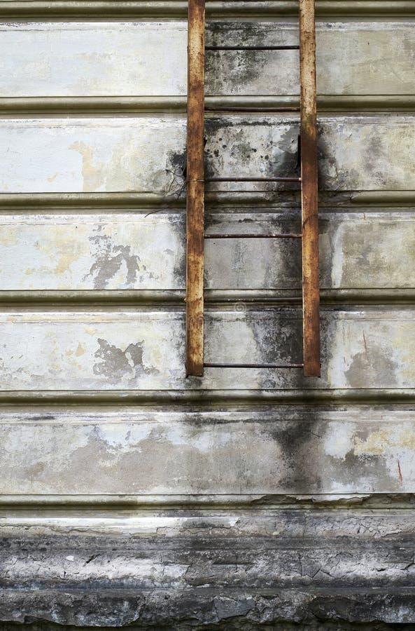 Έξοδος κινδύνου σε έναν παλαιό τοίχο στοκ φωτογραφίες με δικαίωμα ελεύθερης χρήσης