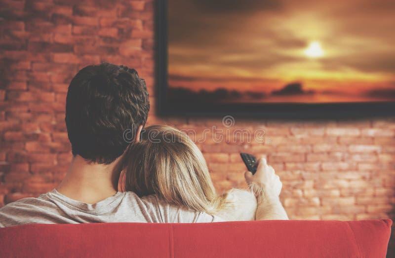 Έξυπνα TV και ζεύγος που πιέζουν τον τηλεχειρισμό στοκ φωτογραφίες με δικαίωμα ελεύθερης χρήσης