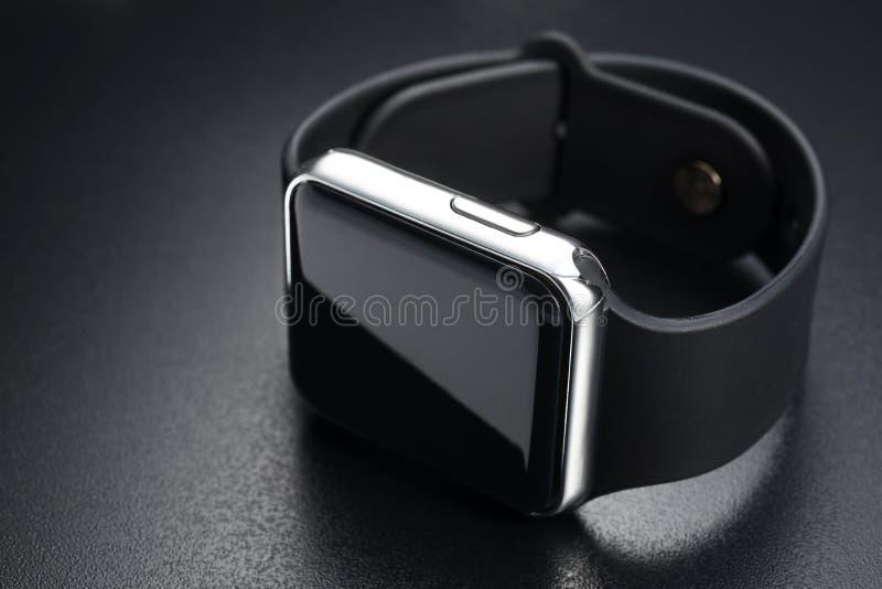 Έξυπνα wristwatches στο Μαύρο στοκ εικόνες με δικαίωμα ελεύθερης χρήσης