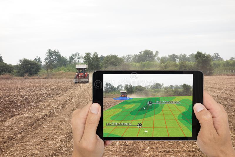 Έξυπνη έννοια γεωργίας, διαβασμένες ταμπλέτα υπέρυθρες ακτίνες χρήσης αγροτών στο TR στοκ εικόνα με δικαίωμα ελεύθερης χρήσης