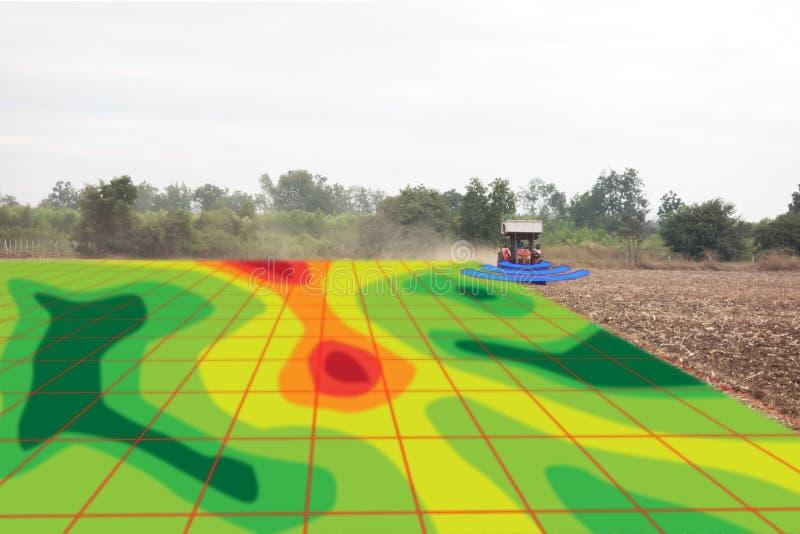 Έξυπνη έννοια γεωργίας, υπέρυθρες ακτίνες χρήσης αγροτών στο τρακτέρ με το χ στοκ φωτογραφίες