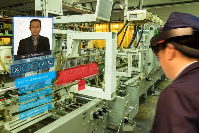 Έξυπνη βιομηχανία 4 Iot 0 έννοια Βιομηχανικός η χρησιμοποίηση των έξυπνων γυαλιών με την αυξημένη μικτή τεχνολογία τ εικονικής πρ στοκ εικόνα με δικαίωμα ελεύθερης χρήσης