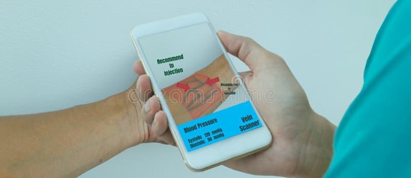 Έξυπνη ιατρική έννοια τεχνολογίας η χρήση τεχνολογίας με την τεχνητή νοημοσύνη με την αυξημένη μικτή εικονική πραγματικότητα με τ στοκ εικόνα με δικαίωμα ελεύθερης χρήσης