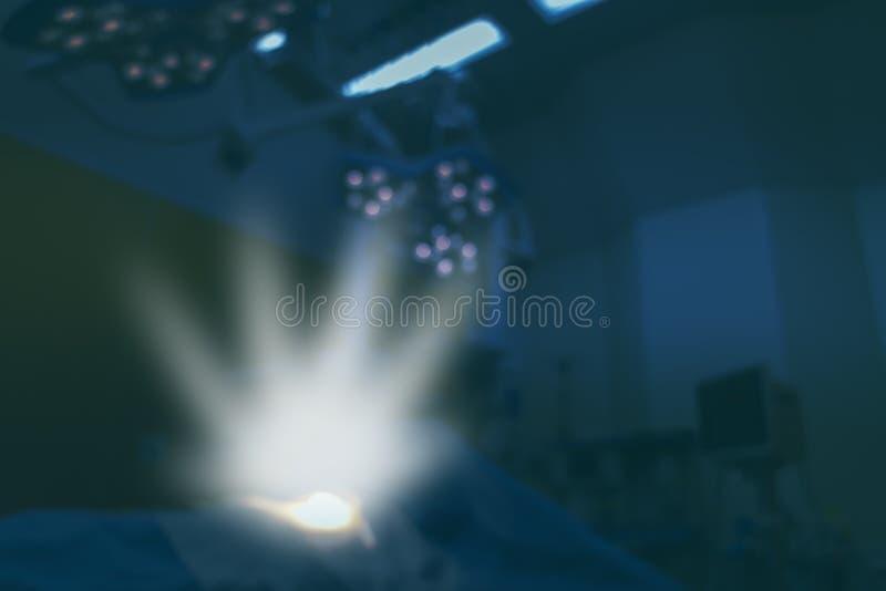 Έξυπνη ιατρική έννοια υγείας, ο φωτισμός ελπίδας στο δωμάτιο λειτουργίας για τον ασθενή στο μπλε υπόβαθρο τόνου στοκ φωτογραφία με δικαίωμα ελεύθερης χρήσης