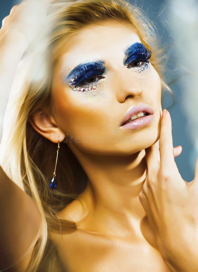 Έξυπνη ξανθή νέα γυναίκα με την τοποθέτηση ύφους μόδας makeup αισθησιακή στοκ εικόνα