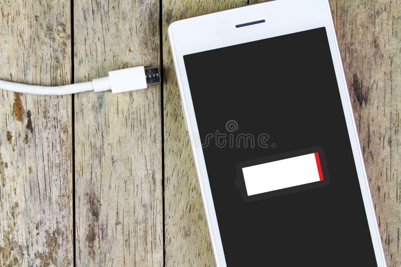 Έξυπνη τηλεφωνική ανάγκη να φορτιστεί η μπαταρία στοκ φωτογραφία με δικαίωμα ελεύθερης χρήσης