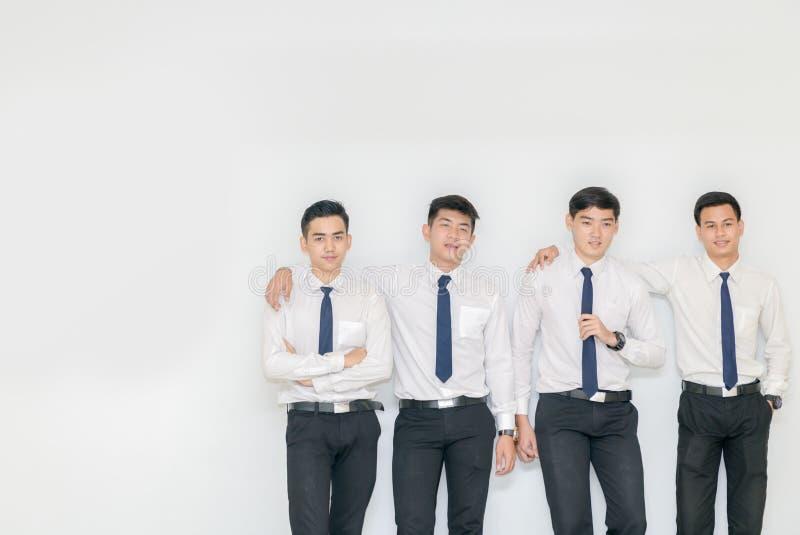 Έξυπνοι νέοι σπουδαστές που στέκονται μαζί με το διάστημα αντιγράφων στοκ εικόνες