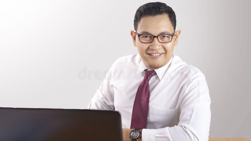 Έξυπνος βέβαιος επιτυχής επιχειρηματίας που χαμογελά ευτυχώς στοκ εικόνες με δικαίωμα ελεύθερης χρήσης