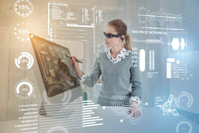 Έξυπνος διοικητής βάσεων δεδομένων που φορά τα γυαλιά εικονικής πραγματικότητας εργαζόμενος στοκ εικόνες